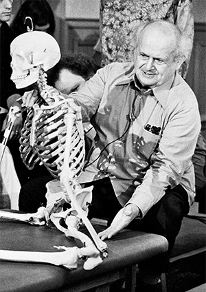 Moshé Feldenkrais mit einem Skeltettmodell