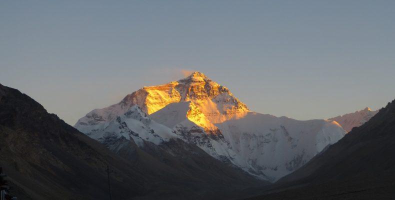 Der Mount Everest. Die Sonne beleuchtet die Bergspitze, der Rest ist im Schatten. Hier genutzt als Symbolbild für hone Gesang